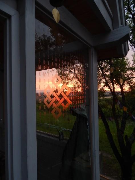 Kistemplom naplementében, hosszú élet csomóval és lodzsong imával az üvegen.