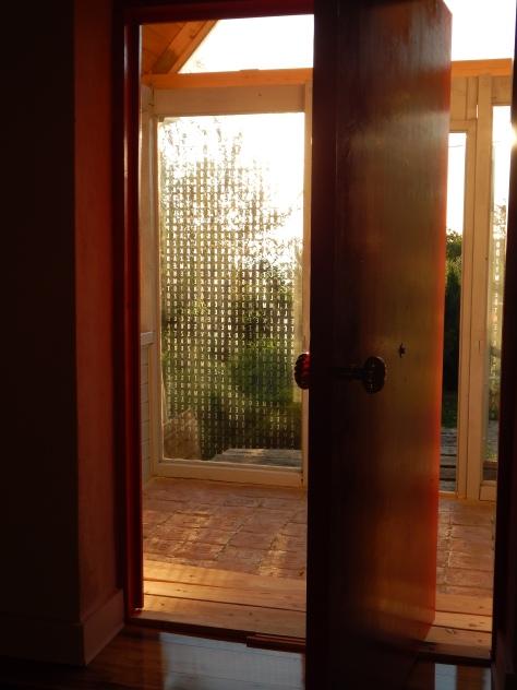 Kistemplom az ablakon Lodzsong ima , betűkivágás Fesűs Sebastian grafikus