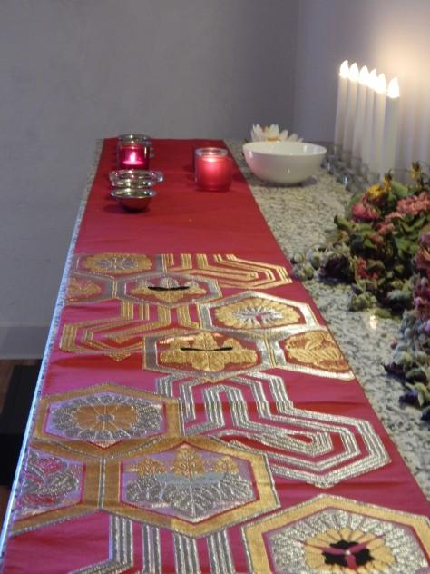 """Oltár részlet, led gyertyák IKEA, Oltár terítő egy """"obi"""" Móró Antik, felajánló tálkák Norbu Shop."""